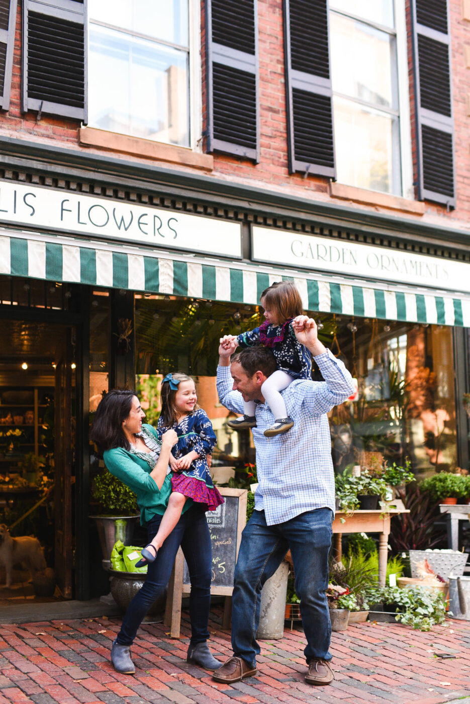 Editorial family photo in front of a flower shop - Vanessa Guzzo Photography